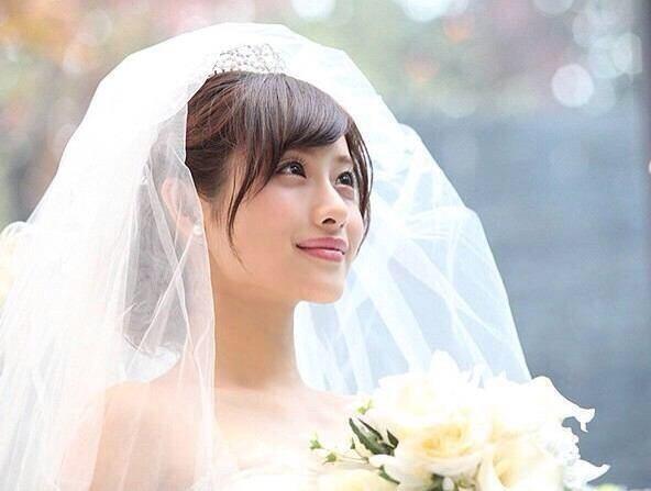 結婚式で石原さとみの髪型・衣装・ドレスを着たい!セット法や